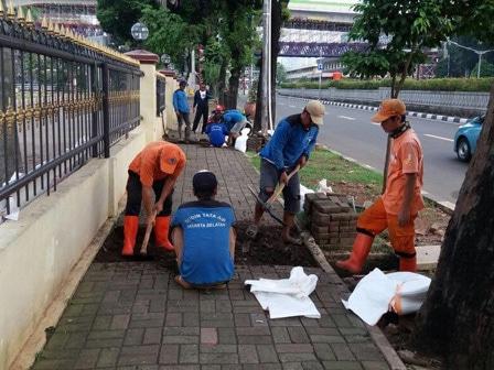8470 medium saluran air di kawasan mabes polri dibersihkan