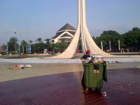 922 medium petugas kebersihan tmii kewalahan bersihkan sampah