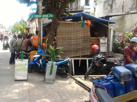 9231 medium saluran phb kebon jeruk diduduki puluhan bangunan liar