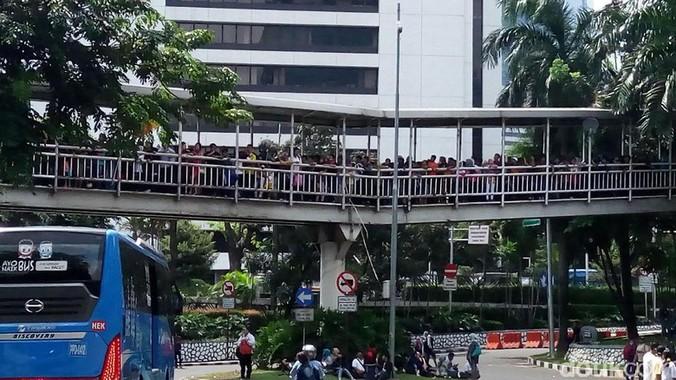 9438 medium antrean warga menuju ragunan mengular di halte dukuh atas