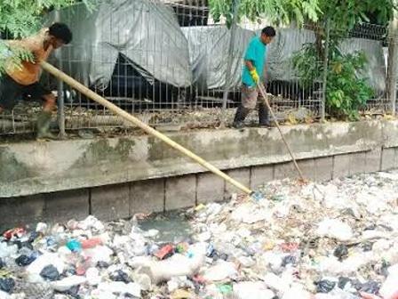9517 medium tiga ton sampah diangkut dari saluran phb jati pulo