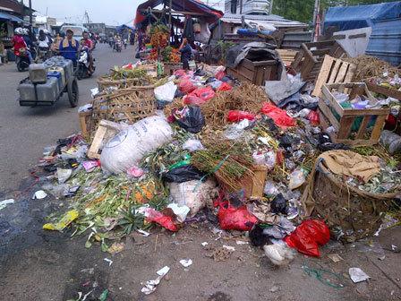 960 medium sampah menumpuk di jl palad pulogadung