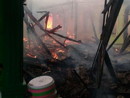 9614 medium 16 rumah kontrakan di duren sawit terbakar