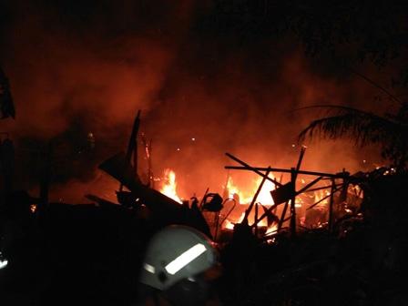 9655 medium tiga bangunan terbakar di ulujami berhasil dipadamkan