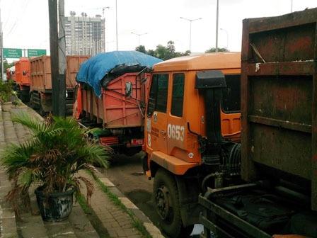 9729 medium truk sampah di jl lingkar luar cengkareng dikeluhkan