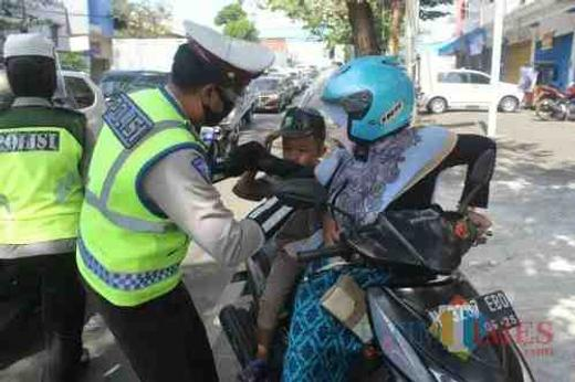 Satlantas Polres Malang Bagikan Masker Dan Helm Uswatul Hasanah Di Gondanglegi Malang Kabupaten 26 Jul 2020 Berita Warga Atmago Warga Bantu Warga