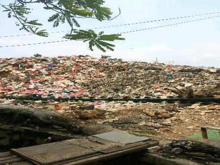 975 medium sampah menggunung di jalan inspeksi kalimalang
