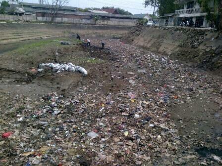 980 medium sampah menumpuk di kali sunter