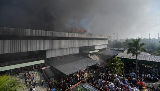 9851 medium kebakaran pasar senen  polisi 500 unit kios ludes