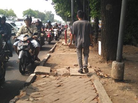 993 medium trotoar di jl re martadinata banyak yang rusak