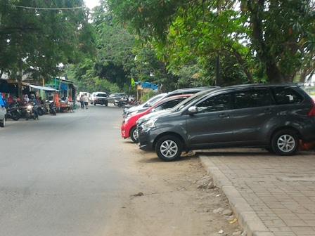 9968 medium pedestrian jl inspeksi kali sunter jadi lahan parkir liar