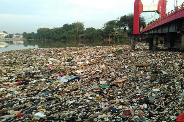 Pemkot tangerang keluhkan kiriman sampah di sungai cisadane aht