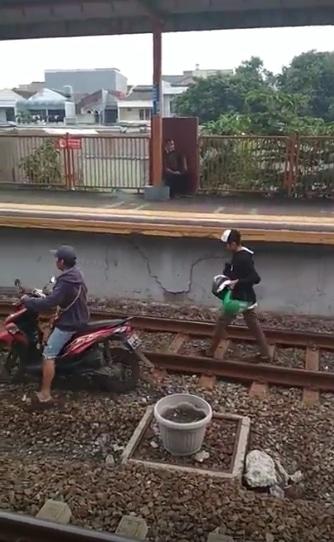 Hebooh maling motor kabur lewat tengah rell kereta comuter langsung di tangkap security kereta..